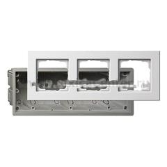 Gira E22 Бел Рамка 3-ая в комплекте с коробкой для с/монтажа (G2883201)